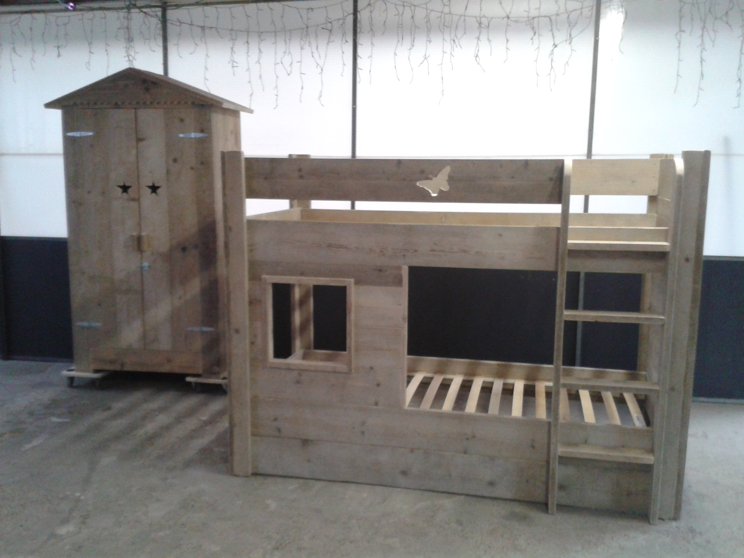 Kledingkast beach van gebruikt steigerhout for Goedkope houten meubels