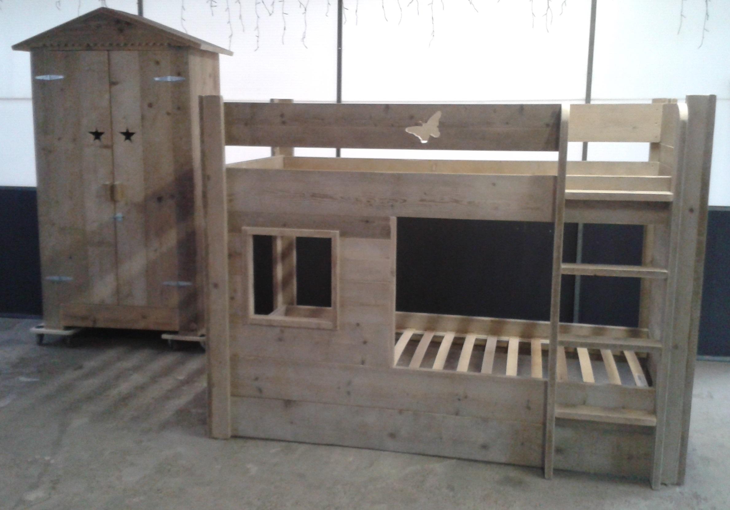Stapelbed speelhuisje hoogslaper van gebruikt steigerhout - Stapelbed met geintegreerd bureau ...