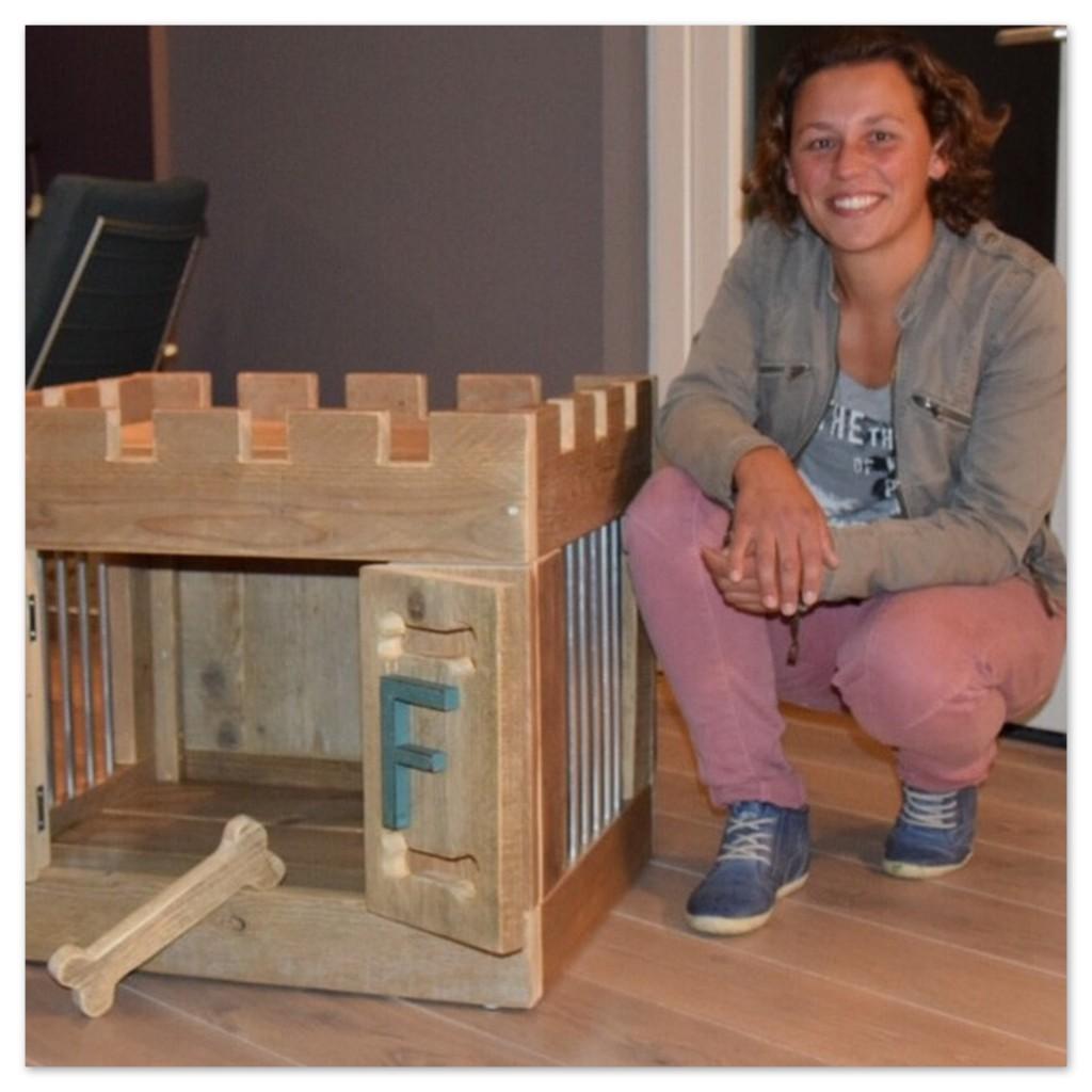 Suzanne Reneman met een steigerhout maatwerk hondenbench